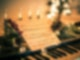 Klavier mit Notenblatt weihnachtlich geschmückt